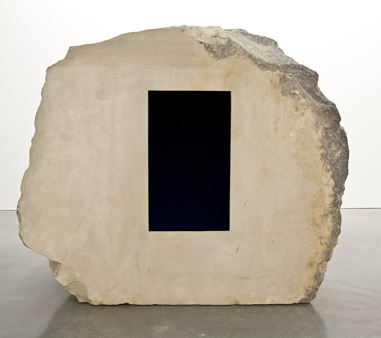 Oracle. Anish Kapoor, 1990-2002 Roca arenisca (3,5t) y pigmento